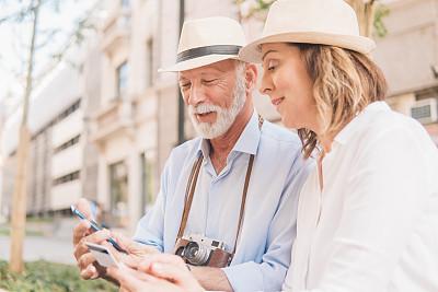 在家购物,老年伴侣,半身像,衰老过程,旅行者,电子商务,仅成年人,信用卡,相机,婚姻