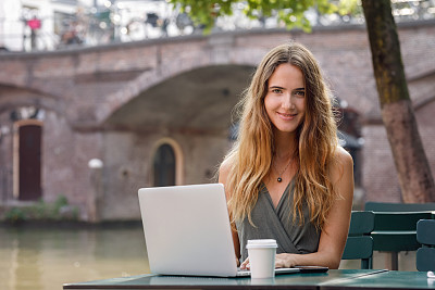 使用手提电脑,青年女人,户外,技术,现代,商业金融和工业,成年学生,仅女人,仅一个女人,使用电脑
