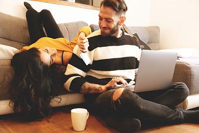 幸福,异性恋,在家购物,丈夫,妻子,技术,帐单,现代,住宅内部,信用卡