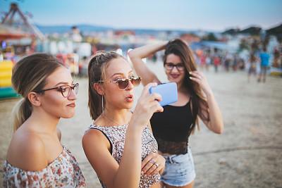 户外,女孩,友谊,肖像,技术,旅游嘉年华,儿童,太阳镜,少女,眼镜