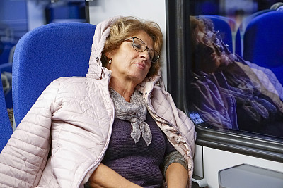 通勤者,夜晚,老年女人,家庭生活,旅途,市郊火车,商业金融和工业,仅女人,仅一个女人,乘客