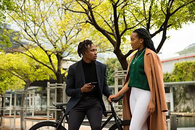 商务人士,专业人员,自行车,商业金融和工业,通勤者,户外,非洲人,市区,幸福,智能手机