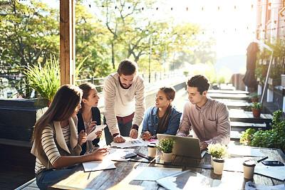 户外,商务会议,专业人员,策略,技术,商务策略,创作行业,脑风暴,看,使用手提电脑