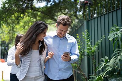 户外,工间休息,在活动中,30岁到34岁,25岁到29岁,拉美人和西班牙裔人,巴西,幸福,智能手机,互联网