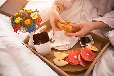 早餐,理想化的,前面,支票,巧克力脆片,舒服,技术,果汁,梨,拿着