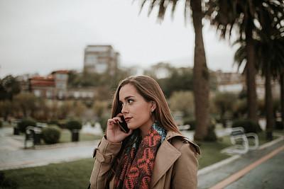 青年女人,技术,户外,仅女人,仅一个女人,拍摄场景,幸福,欧洲,智能手机,白昼