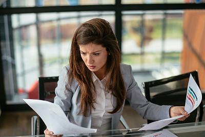 女商人,效率,技术,商业金融和工业,创作行业,仅一个女人,办公室,使用电脑,使用手提电脑