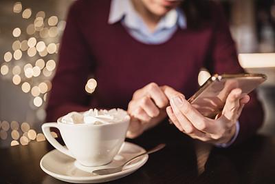 咖啡,女人,咖啡馆,黑发,自然美,咖啡杯,30岁到34岁,技术,卡布奇诺咖啡,现代