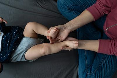可爱的,婴儿,小的,女儿,家庭,父母,母亲,女婴,腿,床