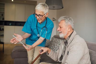 护士,使用平板电脑,男人,女护士,老年男人,健康保健工作人员,专业人员,家庭护理,中老年男人,药