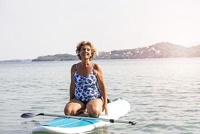老年女人,海洋,注视镜头,周末活动,希腊,逃避现实,仅一个老年女人,户外,晴朗,仅女人