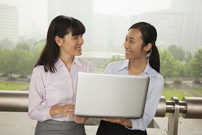 使用手提电脑,女商人,户外,电子邮件,专业人员,北京,技术,商业金融和工业,拿着,面对面