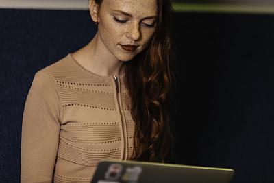 使用手提电脑,女人,红发人,图表,部分,技术,仅女人,仅一个女人,办公室