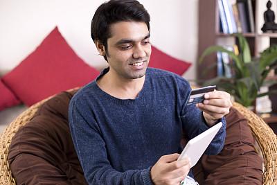 信用卡,男人,电子邮件,仅男人,技术,25岁到29岁,仅一个男人,椅子,拿着,住宅内部