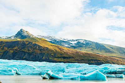 This is a color photograph of the cold landscape at the Svínafellsj?kull Glacier tongue in Southern Iceland .