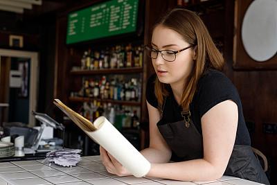 业主,女性,餐馆,青年人,酒瓶,菜单,饮食产业,肖像,从容态度