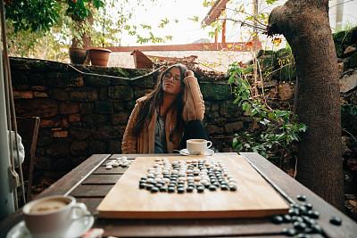 做计划,青年女人,注视镜头,热,休闲游戏,部分,围棋,花盆,策略,肖像