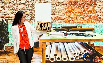 营业标志,幸福,女性,时尚设计师,拿着,专业人员,时尚造型师,彩色运动茄克,纺织品,30岁到34岁