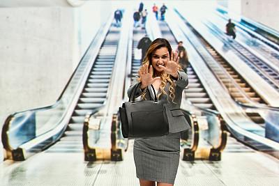 停止手势,女商人,在活动中,商务,城市生活,旅途,经理,专业人员,一个人,25岁到29岁