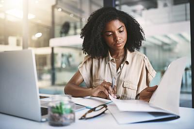 互联网,垂直画幅,专业人员,技术,现代,创作行业,仅女人,仅一个女人,办公室,非洲人