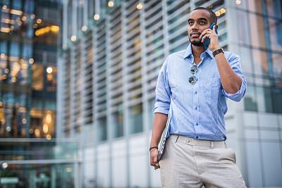 男商人,手机,黑色,仅男人,技术,仅一个男人,从容态度,现代,户外,太阳镜