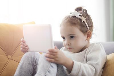 女孩,平板电脑,家庭生活,乐趣,仅一个女孩,女婴,技术,2岁到3岁,仅儿童,拿着