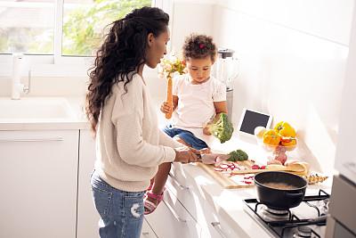 食品,厨房,母女,炖锅,西兰花,沙拉,儿童,胡萝卜,非洲人,女孩
