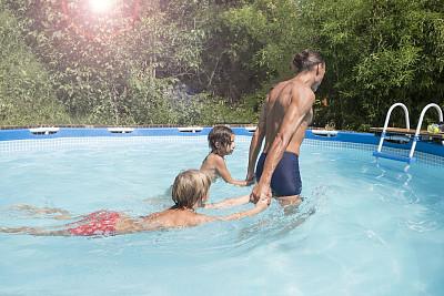 家庭,进行中,游泳池,可爱的,女儿,真实的人,湿,两个孩子的家庭,运动,泳装