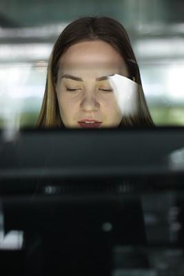 使用电脑,青年人,学生,女孩,计算机实验室,肖像,技术,现代,仅女人,仅一个女人