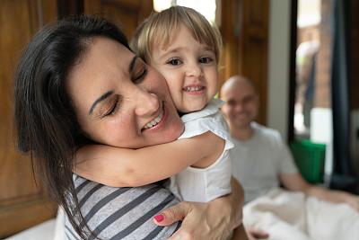 女儿,母亲,父亲,背景聚焦,就寝时间,家庭,35岁到39岁,女婴,2岁到3岁,儿童
