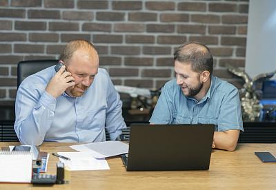 办公室,男商人,专业人员,中老年男人,策略,仅男人,技术,商务策略,使用电脑,看