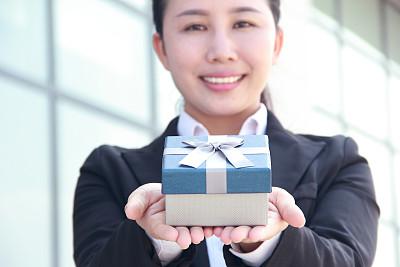 拿着,礼物,女商人,商务,周年纪念,肖像,一个人,女人,青年女人,仅一个青年女人