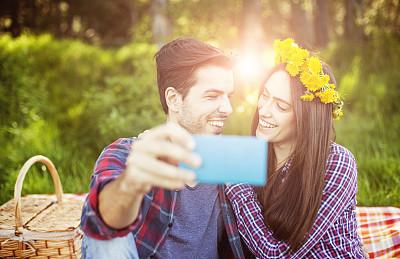 幸福,野餐,异性恋,手机,自拍,周末活动,浪漫,肖像,技术,公园