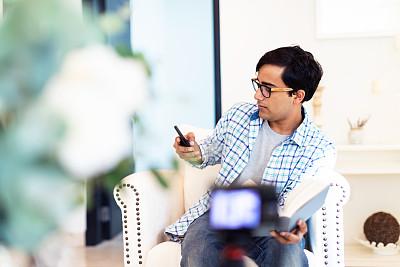 住宅内部,青年人,传媒,技术,波斯湾,现代,成年学生,拍摄场景,阿拉伯联合酋长国,互联网