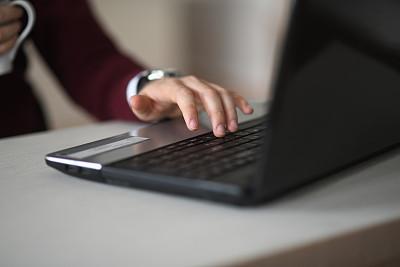 使用手提电脑,手,计算机键盘,书桌,男人,电子邮件,技术,商业金融和工业,办公室