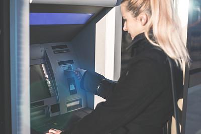 自动取款机,女人,技术,商业金融和工业,拿着,存钱罐,拉美人和西班牙裔人,户外,仅女人,仅一个女人