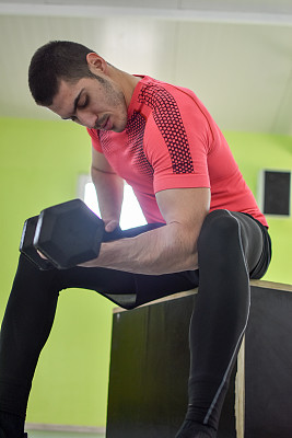 仅男人,仅一个男人,拿着,健身俱乐部,垂直画幅,生活方式,塞尔维亚,身体关注,运动员,男性美