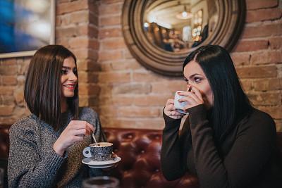 咖啡,两个人,友谊,电话机,咖啡店,社交聚会,肖像,青年女人,餐馆,20到29岁