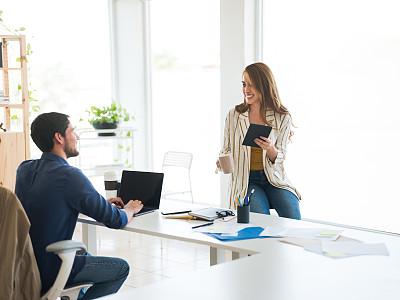 拉丁文,专业人员,技术,现代,拉美人和西班牙裔人,多重任务,办公室,幸福,使用手提电脑,新创企业