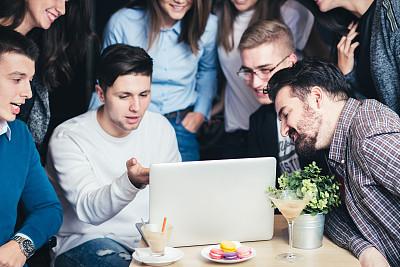 看,笔记本电脑,人群,餐馆,乐趣,青年人,蛋糕,策略,技术,现代