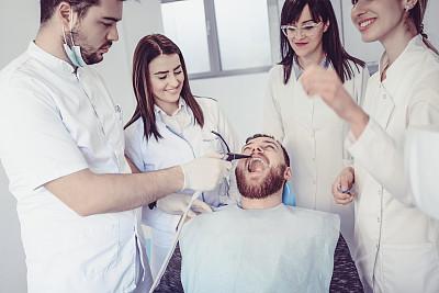 药,人的牙齿,病人,男性,大汗淋漓,人的嘴,健康保健工作人员,结论,医药职业,技术