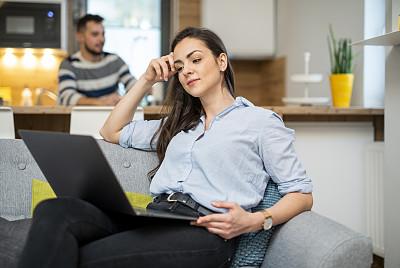 青年女人,使用手提电脑,家庭办公,留白,笔记本电脑,水平画幅,小企业,仅成年人,居住区,现代
