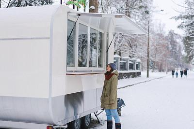 食品,女人,快餐车,真实的人,商务,城市生活,菜单,卡车,客舱,雪