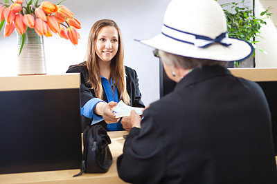 顾客,银行柜台,银行出纳员,银行,半身像,服务业职位,仅成年人,青年人,银行存款单,专业人员