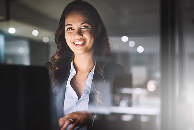 里,专业人员,暗色,部分,肖像,技术,创作行业,仅女人,仅一个女人,办公室