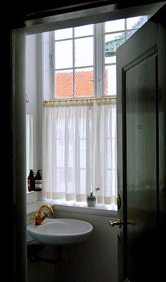 华贵,极简构图,浴室,窗帘,照明设备,简单,瓷砖,水槽,现代,毛巾