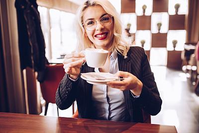 牛奶,浓咖啡,长发,热,理想化的,咖啡杯,技术,使用电脑,幸福,互联网