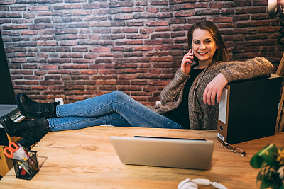 办公室,笔记本电脑,青年女人,手机,专业人员,技术,商业金融和工业,创作行业,仅女人,仅一个女人