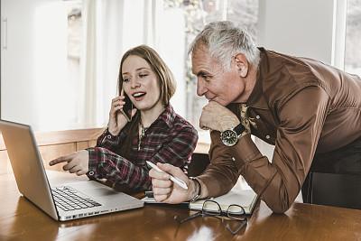 老年男人,商务会议,青年女人,咖啡杯,技术,现代,办公室,看,使用手提电脑,白色