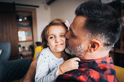 父女,留白,早晨,男性,凌乱,单亲父亲,中年人,儿童,住宅房间,4岁到5岁